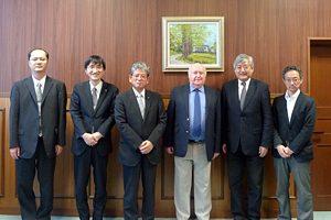 左から森谷准教授、植木理事、里見総長、クラウサー事務局長、小尾教授(慶応大学)、山口副理事